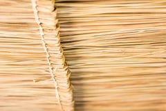 A textura do telhado cobrido com sapê na cabana no campo Imagem de Stock