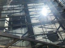Textura do telhado resistente transparente de vidro de uma construção do arranha-céus O fundo fotos de stock royalty free