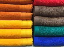 Textura doblada mullida colorida de las toallas fotos de archivo libres de regalías