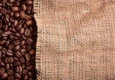 Textura dos feijões e da serapilheira de café fotografia de stock royalty free