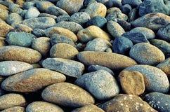 Textura dos seixos de pedra do rio cinzentos Imagens de Stock
