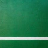 Textura dura de la corte del verde del tenis de la paleta con la línea blanca Fotos de archivo libres de regalías