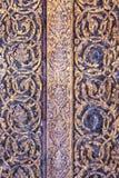 Textura em uma porta antiga no templo tailandês Imagem de Stock