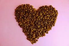 Textura en la forma de un corazón de los granos del Arabica fragante natural marrón saturado delicioso seleccionado asado y de ca fotografía de archivo
