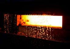 Textura encarnado do magma, líquido de incandescência vermelho do ferro de aço do derretimento Atmosfera da fornalha da fábrica d foto de stock