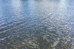 Textura enrugada superfície da água Fotografia de Stock Royalty Free