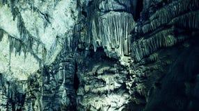 Textura fantástica de curvas redondas das estalactites na caverna, luz verde imagem de stock royalty free