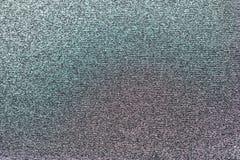Textura feita crochê metálica da tela, com pouca cor roxa e verde fotografia de stock royalty free
