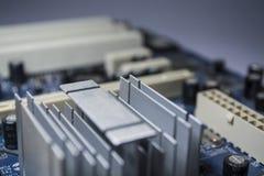 Textura Fundo Informática moderna O cartão-matriz multi-colorido velho com eletrônica da poeira reparo fotografia de stock