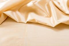 Textura/fundo ondulados dourados da tela Foto de Stock Royalty Free