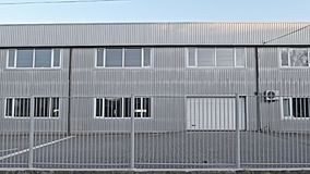 Textura, fundo, quadro de uma construção industrial com uma cerca do metal video estoque