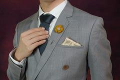 Textura gris de la tela escocesa del traje, corbata, broche, pañuelo Imágenes de archivo libres de regalías