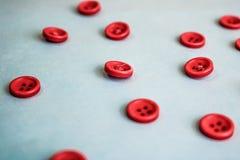 Textura hermosa con muchos botones rojos redondos para coser, costura Copie el espacio Endecha plana Fondo para una tarjeta de la imágenes de archivo libres de regalías