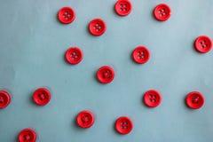 Textura hermosa con muchos botones rojos redondos para coser, costura Copie el espacio Endecha plana Fondo para una tarjeta de la fotos de archivo