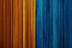 Textura hermosa de los listones de madera naturales de colores anaranjados y azules brillantes fotografía de archivo libre de regalías