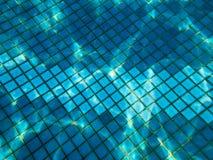 Textura hermosa de una pequeña baldosa cerámica cuadrada con las costuras en una piscina debajo del agua azul, visión subacuática imagenes de archivo