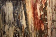 Textura hermosa del fondo natural de la madera aterrorizada agradable agradable de madera aterrorizada en colores rojos y amarill imagen de archivo