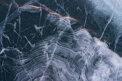 Textura hermosa del hada-cuento del hielo azul del lago Baikal con las ondas y las burbujas Imágenes de archivo libres de regalías