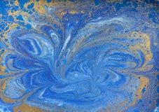 Textura líquida azul e dourada, ilustração marmoreando tirada mão da aquarela, fundo abstrato Fotos de Stock Royalty Free
