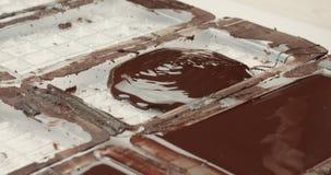 Textura líquida del chocolate Proceso de hacer las barras de un chocolate almacen de metraje de vídeo
