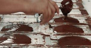 Textura líquida del chocolate Proceso de hacer las barras de un chocolate almacen de video