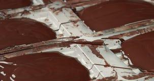 Textura líquida del chocolate Proceso de hacer las barras de un chocolate metrajes