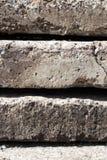 Textura linear de placas concretas grises con una grieta apilada encima de uno a vista lateral del primer pared conceptual o de l fotos de archivo