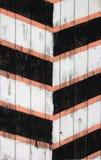 Textura listrada pintada de madeira velha do cargo do protetor imagens de stock