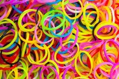 Textura macra de las gomas coloridas para las pulseras del telar Fotos de archivo