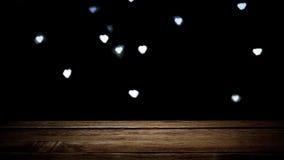 Textura marrón de madera vacía en fondo oscuro con los corazones que brillan intensamente Imagenes de archivo