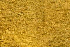 Textura metálica arrugada oro del fondo de la hoja fotografía de archivo libre de regalías