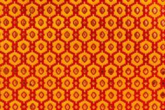 Textura metálica de hexágonos rojos y amarillos imagen de archivo libre de regalías