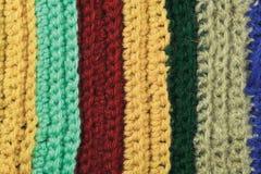 Textura natural feita malha do fundo colorido fino das listras do vestuário de lãs, amarelo, bege, clarete, azul, close up verde  Fotos de Stock
