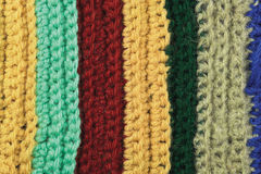 Textura natural hecha punto de las lanas de la ropa del fondo colorido fino de las rayas, amarillo, beige, clarete, azul, primer  Fotos de archivo