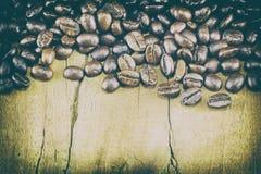 Textura no fundo de madeira, foco seletivo dos feijões de café, wo imagens de stock royalty free