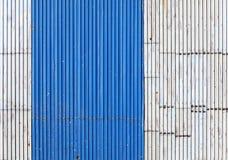 Textura ondulada velha e gasto do telhado do metal. Imagens de Stock Royalty Free