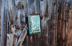 Textura ou fundo de madeira velho da parede com espaço da cópia embarca uma caixa para letras mailbox foto de stock royalty free