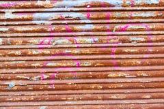 Textura oxidada de la puerta del hierro del Grunge con las rayas Foto de archivo libre de regalías