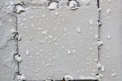 Textura Parede cinzenta molhada do metal Um fundo com attritions e c Fotos de Stock