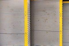 Textura, pasos de escalera móvil sucios con las rayas amarillas Un sistema de pasos de escalera m?vil pasados de moda del metal imagen de archivo