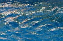 Textura picada de la superficie del agua azul Foto de archivo libre de regalías