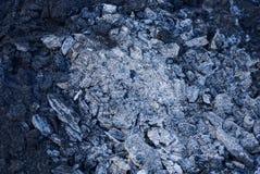 A textura preta cinzenta dos carvões queimados e cantou um fogo extinto imagem de stock royalty free