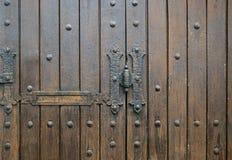 Textura: puerta de madera lamentable del fragmento con hardware Imagen de archivo libre de regalías