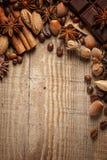 Textura que derrama feijões de café, chocolate, canela e cravos-da-índia Vista superior Copie o espaço imagem de stock