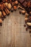 Textura que derrama feijões de café, chocolate, canela e cravos-da-índia Vista superior Copie o espaço fotos de stock royalty free