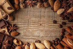 Textura que derrama feijões de café, chocolate, canela e cravos-da-índia Vista superior Copie o espaço imagens de stock