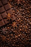 Textura que derrama feij?es de caf?, chocolate, canela e cravos-da-?ndia Vista superior Copie o espa?o imagem de stock