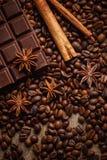 Textura que derrama feij?es de caf?, chocolate, canela e cravos-da-?ndia Vista superior Copie o espa?o imagens de stock