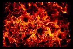 Textura quente de incandescência do fundo do close-up dos carvões amassados do carvão vegetal fotografia de stock royalty free