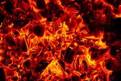 Textura quente de incandescência do fundo do close-up dos carvões amassados do carvão vegetal imagem de stock royalty free